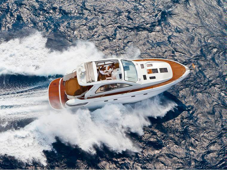 Bavaria 43 HT barco de alquiler sin patrón en Mallorca.
